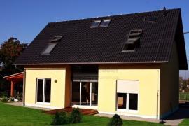 Dřevostavba DIMENZE 90 je moderní dům se vzdušnou halou a impozantní galerií.