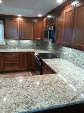Žulová kuchyňská deska a obklad stěny za deskou