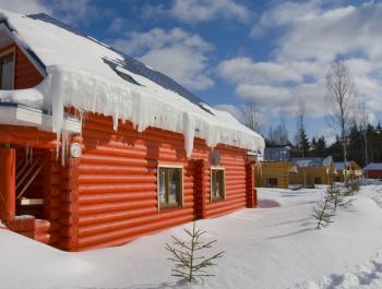 Jedny z největších problémů způsobuje led na okrajích střech
