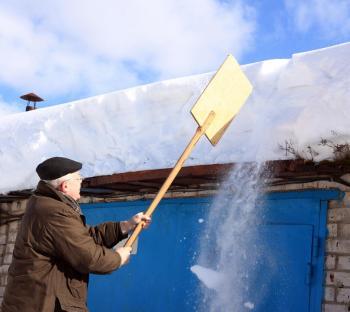 Někdy nezbývá nic jiného, než sníh ze střechy odstranit, u šikmých střech vyšších budov je třeba přizvat odborníky, kteří se nebojí výšek a jsou dostatečně technicky vybaveni