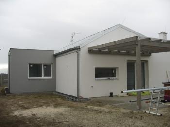 VUrčicích u Prostějova vznikl netradiční rodinný dům, který splňuje požadavky moderního, levného a specifického bydlení.