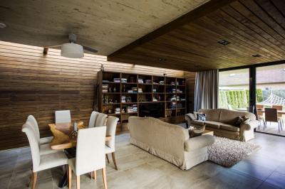 Na zakázku vybavený obývák včetně dřevěných obkladů