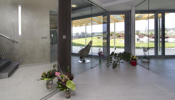 Luxusní šatní skříň v podobě zrcadlové stěny