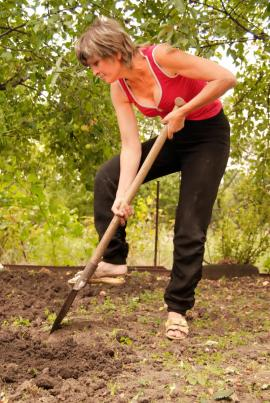 Posilování s rýčem může též uzdravit ploché nohy