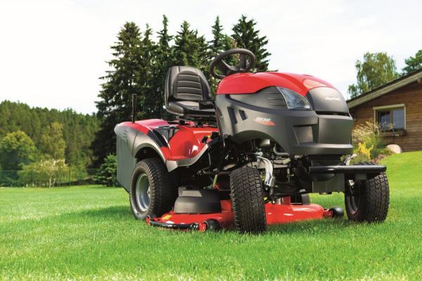 Zahradní traktor XHXY 240 má 2válcový motor Briggs & Straton o výkonu 18 HP a systém Easy Memo pro jednodušší nastavení výšky sečení. Foto: Mountfield