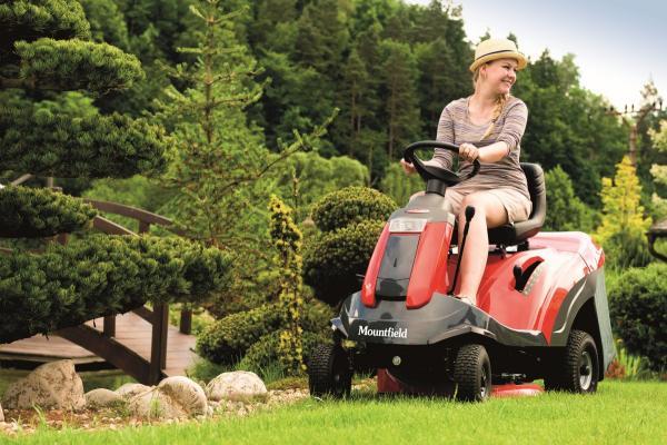 Zahradní traktor XHT 240 4WD je absolutní špičkou. Jedná se o čtyřkolku sdvěma hydrostatickými převodovkami a motorem Briggs & Stratton o výkonu 15,7 HP. Foto: Mountfield