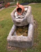 Zajímavý vodní prvek v zahradě, vodu však nešetří, na druhou stranu ale prospěje za sucha mnoha živočichům