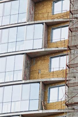 Minerální vata na fasádě výškové budovy