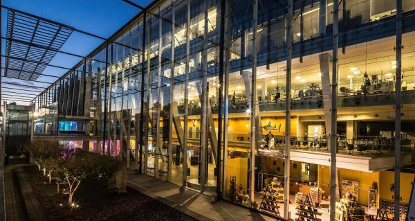 Díky unikátnímu systému řízení budov Desigo od společnosti Siemens vzniká prostředí, ve kterém se lidé cítí příjemně a které pozitivně působí na jejich zdraví a produktivitu.
