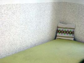 Textilní omítka kolem gauče, nebudete se tělem dotýkat chladné stěny