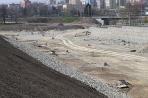 Foto: www.ČESKÉSTAVBY.cz, připravované parcely v rámci developerského projektu, prostor zprava oddělen gabiony