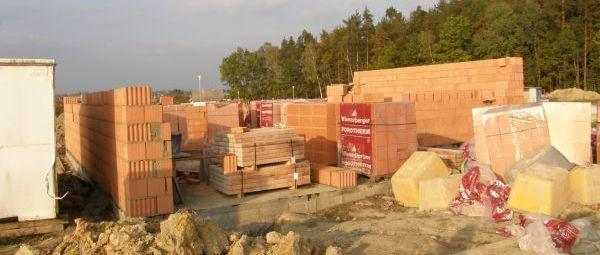 Foto: ČESKÉSTAVBY.cz, zahájená stavba rodinného domu na hotové základové desce