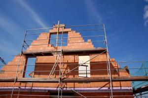 Zdění štítu domu keramickými tvárnicemi (www.shutterstock.com)