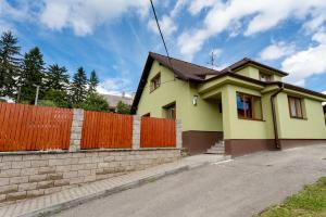 Zděný plot s dřevěnou plotovou výplní, ilustrační foto (www.shutterstock.com)