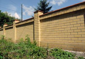 Vysoký zděný plot, ilustrační foto (www.shutterstock.com)