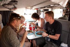 Oběd na palubě hotelbusu
